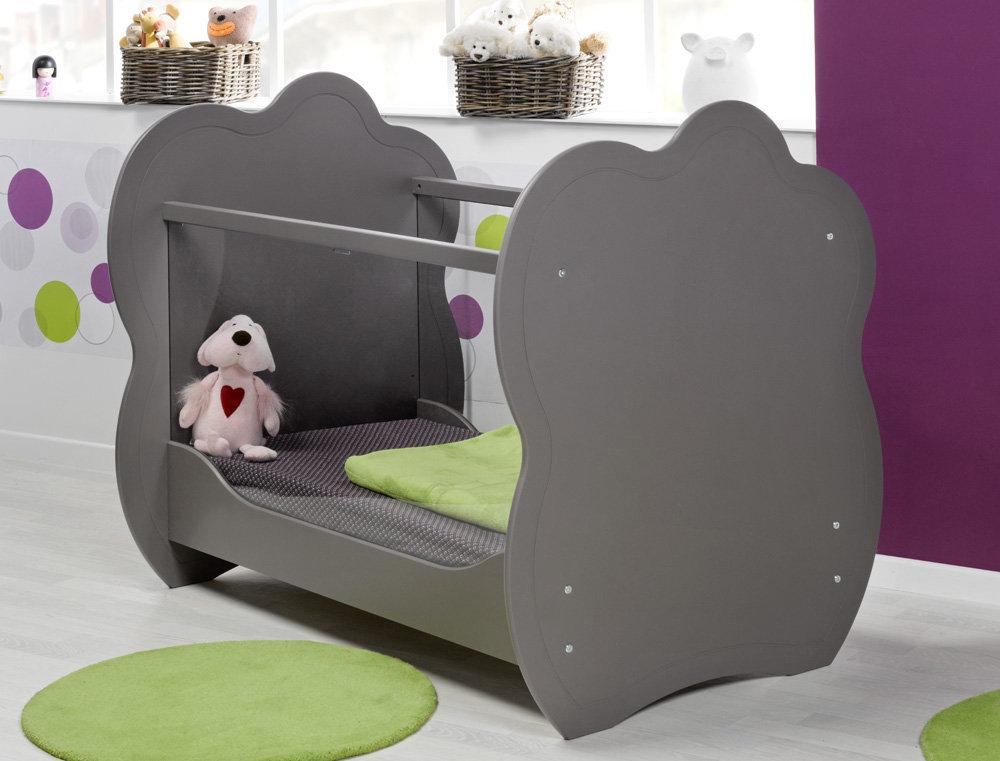 habitaci n de beb color chocolate cuna c moda y armario. Black Bedroom Furniture Sets. Home Design Ideas